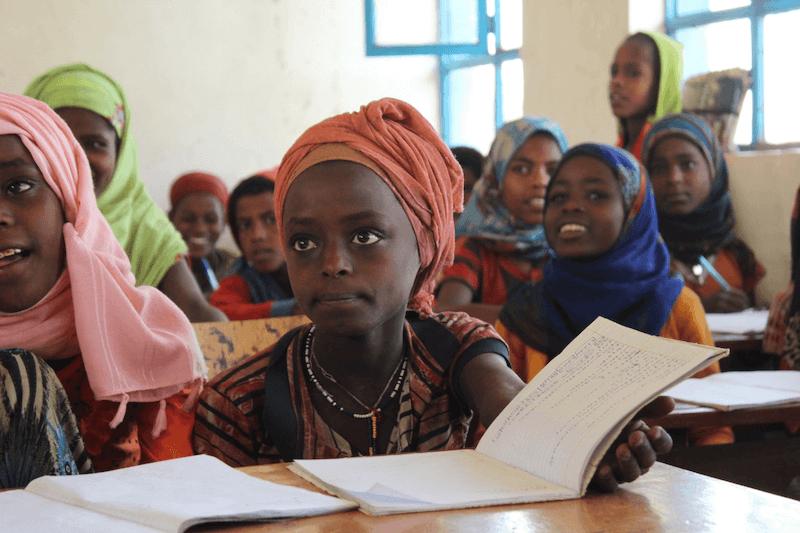 Vzdělání - holčička s knížkou